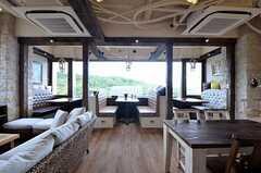 リビングの様子。正面には飲食店のようなボックスシートがあります。(2014-05-27,共用部,LIVINGROOM,2F)