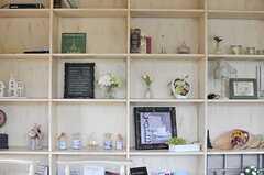 本棚には外国から仕入れてきた装飾品や本が並んでいます。(2014-05-27,共用部,LIVINGROOM,2F)