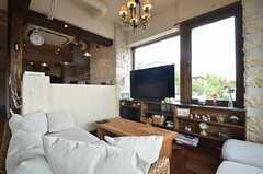ソファの前にあるTVは3D対応。3Dメガネも用意されています。(2014-05-27,共用部,LIVINGROOM,2F)