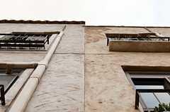 一軒家が連なって見えるように、屋根の高さや壁の模様が異なっています。(2014-05-27,共用部,OTHER,2F)