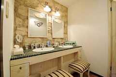 洗面台の様子。鏡やタイル、チェアのデザインもフロア毎に異なります。(2014-05-27,共用部,OTHER,4F)