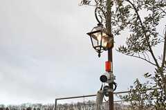 ライトの下には防犯カメラが設置されています。(2014-05-27,共用部,OTHER,1F)