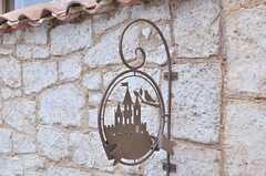 お城のサイン。石壁の一部にハートマークがありますので、探してみて下さい。同じような隠れポイントが10箇所程度あるのだそう。(2014-05-27,共用部,OTHER,1F)