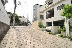 小田急線・読売ランド駅からシェアハウスに向かう道の様子。良い具合に坂道です。(2014-05-27,共用部,ENVIRONMENT,1F)