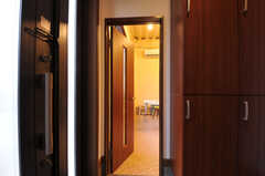 玄関脇にアトリエとリビングがあります。(2011-12-02,周辺環境,ENTRANCE,1F)