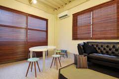 アトリエの床は防水加工もしてあるので、絵の具などをこぼしても水洗いできるのだそう。(2011-12-02,共用部,LIVINGROOM,1F)