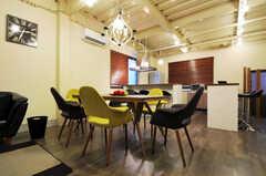 奥にはキッチンがあり、カウンターテーブルも設置されています。(2011-12-02,共用部,LIVINGROOM,1F)