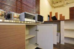 棚は部屋ごとに分けられた食材などを置くスペースです。(2011-12-02,共用部,KITCHEN,1F)