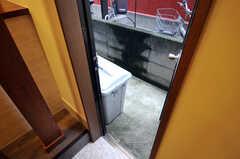 勝手口の外に置かれた大型のゴミ箱。(2011-12-02,共用部,OTHER,1F)