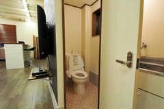 アトリエ脇のウォシュレット付きトイレ。(2011-12-02,共用部,TOILET,1F)