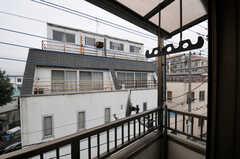 ベランダの様子。物干し金具が付いています。(304号室)(2011-12-02,専有部,ROOM,3F)
