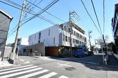 シェアハウスの外観。1階がシェアハウス、2階から上が一般賃貸です。玄関は分かれています。(2020-03-24,共用部,OUTLOOK,1F)