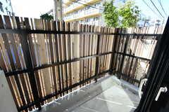 テラスの様子。外からは見えにくいようになっています。(101号室)(2020-03-24,専有部,ROOM,1F)