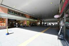 JR南武線・武蔵中原駅の様子2。駅直結のスーパーがあります。(2020-03-24,共用部,ENVIRONMENT,1F)