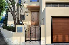 正面玄関には門があります。(2010-11-10,周辺環境,ENTRANCE,1F)