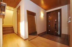 内部から見た玄関周りの様子。姿見があります。(2010-11-10,周辺環境,ENTRANCE,1F)