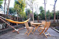 庭にもテーブルとチェアがあります。(2010-11-10,共用部,OTHER,1F)
