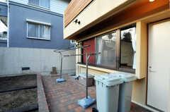 物干しも可能です。ゴミ箱へ出されたゴミは清掃業者が回収します。(2010-11-10,共用部,OTHER,1F)