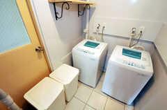 洗濯機とゴミ箱の様子。共用のゴミ箱内にゴミが溜まったら掃除当番が庭の大きなゴミ箱へ移します。(2010-11-10,共用部,LAUNDRY,1F)