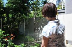 菜園に水やりをする入居者さんの様子。(2011-07-17,共用部,PARTY,1F)