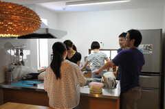BBQパーティーの準備をしている入居者さんたち。(2011-07-17,共用部,PARTY,1F)