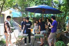 BBQパーティーの様子。前の入居者さんや運営事業者さんも参加しています。(2011-07-17,共用部,PARTY,1F)