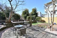 庭の様子。ウッドデッキにテーブルとチェアが設置されています。(2021-02-25,共用部,OTHER,1F)