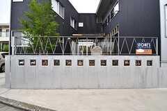 住居を囲む塀には、星座をかたどったタイルが埋め込まれています。(2017-05-25,共用部,OUTLOOK,1F)