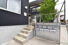 シェアハウスのエントランス。専有部ごとにポストが設置されています。門扉の先が庭です。(2017-05-25,周辺環境,ENTRANCE,1F)