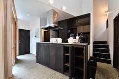 キッチンの様子2。キッチンの下は専有部ごとにスペースが決められています。(2017-05-25,共用部,KITCHEN,1F)