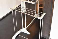 洗面台の脇にハンガーラックが置かれています。(2017-05-25,共用部,OTHER,2F)