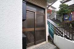 シェアハウスの正面玄関。引き戸です。(2013-04-02,周辺環境,ENTRANCE,1F)