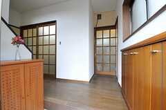 正面玄関から見た内部の様子。正面が水まわり、左手のガラス戸の先がリビングです。(2013-04-02,周辺環境,ENTRANCE,1F)