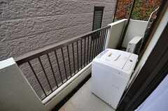 ベランダの様子。202号室と共用の洗濯機が設置されています。(201号室)(2013-04-02,専有部,ROOM,2F)