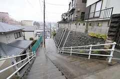 建物の目の前は階段です。(2013-04-02,共用部,ENVIRONMENT,1F)
