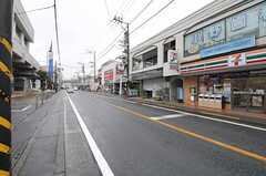 小田急小田原線・生田駅からシェアハウスへ向かう道の様子。肉屋・八百屋・弁当屋など日常的な買い物ができます。(2013-04-02,共用部,ENVIRONMENT,1F)