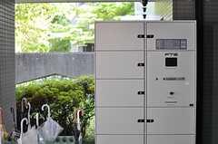 エントランス脇には宅配ボックスが設置されています。(2013-08-22,周辺環境,ENTRANCE,1F)