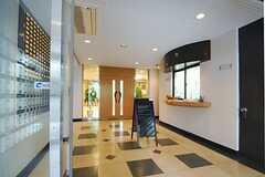 ロビーの様子。管理人室があります。(2013-08-22,周辺環境,ENTRANCE,1F)