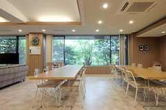 カフェスペースの様子2。窓の外は緑が茂っています。(2013-08-22,共用部,LIVINGROOM,1F)