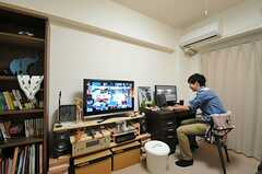 仕事は自室ですることが多いそう。(2013-11-20,専有部,ROOM,4F)