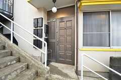 玄関は階段の途中にあります。(2015-03-10,周辺環境,ENTRANCE,1F)