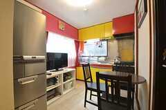 リビングの様子。キッチンが併設されています。(2015-03-10,共用部,LIVINGROOM,2F)