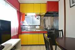 キッチンの様子。食器類は上の吊り戸棚に収納されています。(2015-03-10,共用部,KITCHEN,2F)