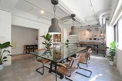 ラウンジの様子2。ガラス天板のダイニングテーブルはインパクト大。(2014-08-19,共用部,LIVINGROOM,1F)