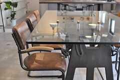 ダイニングテーブルの脚はSL機関車のような意匠です。(2014-08-19,共用部,LIVINGROOM,1F)