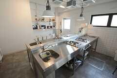 キッチンの様子。ガスコンロが4台、シンクが4台設けられています。(2014-08-19,共用部,KITCHEN,1F)