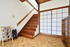 階段の様子。リビングは2階です。(A棟)(2019-03-01,共用部,OTHER,1F)