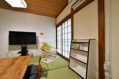 リビングには本棚が設置されています。(A棟)(2019-03-01,共用部,LIVINGROOM,2F)