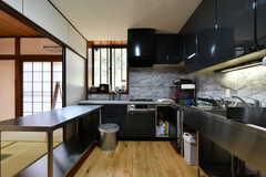 調理師さんが食事を作っている最中は、専用キッチン側の襖は開けられて、オープンになっているそうです。(A棟)(2019-03-01,共用部,OTHER,2F)