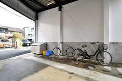 駐輪場の様子2。貸出用の自転車が1台用意されています。(2019-03-01,共用部,GARAGE,1F)